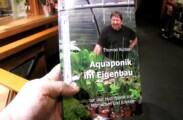Aquaponik Buch in der Hand